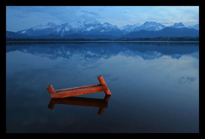 Gestell im Bergsee: Das rote Holz lockert die sehr ruhige Landschaft auf