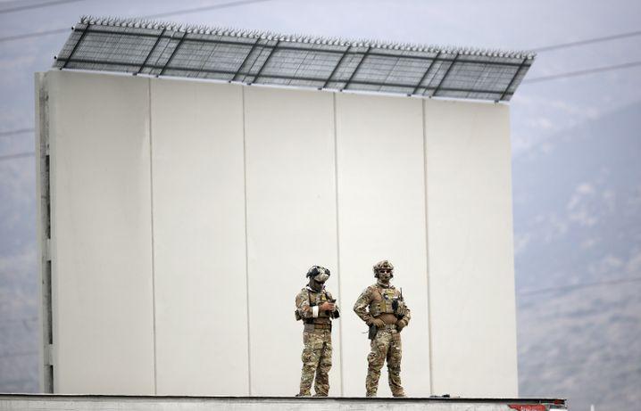 """Polizisten vor Prototyp der geplanten USA-Mexiko-Mauer: """"Wackelnder Zeigefinger"""""""