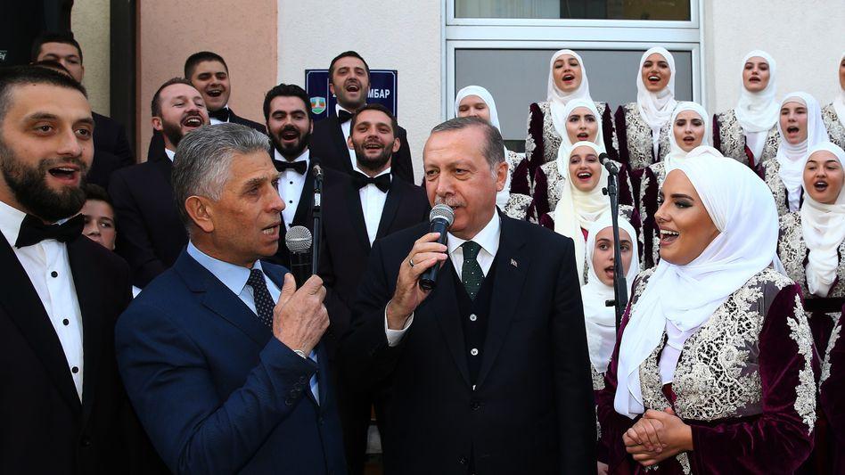 Der türkische Präsident Recep Tayyip Erdogan singt bei einem Besuch in Serbien