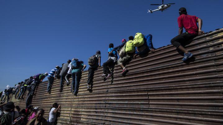 Fotostrecke: Mit Tränengas gegen Migranten
