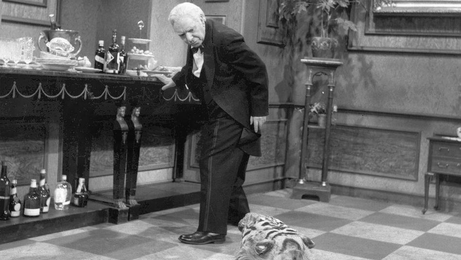 Freddie Frinton als Butler James: Auch das Tigerfell gehört zum Nachlass
