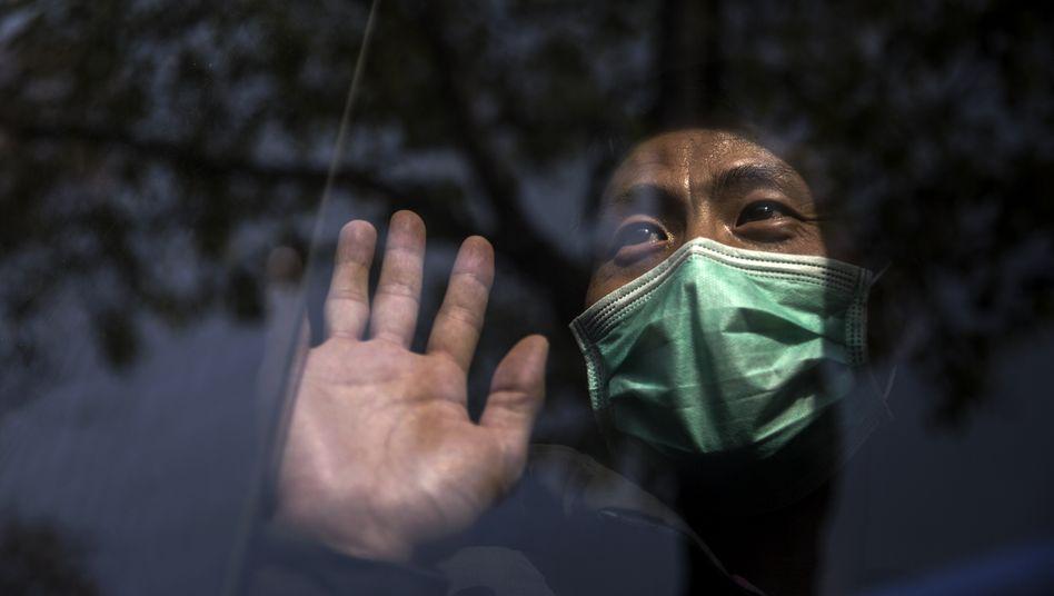 Passanten in Shanghai: Erst anderthalb Monate nach Ausbruch reagierte die Regierung in Peking