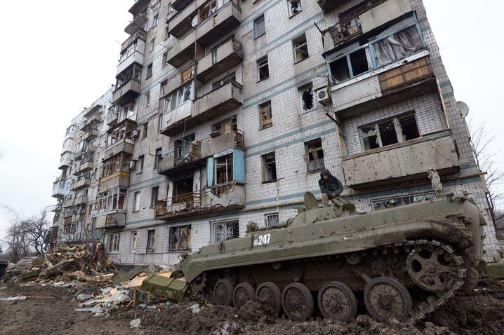 Ukrainischer Panzer nahe dem Flughafen in Donezk: Die Kämpfe gehen mit aller Härte weiter