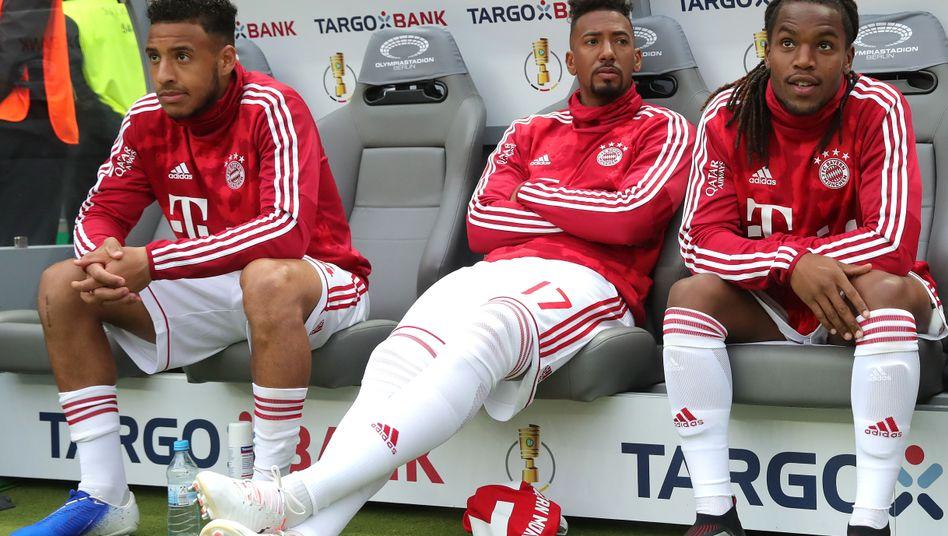 Jérôme Boateng (Mitte) saß im Pokalfinale erneut nur auf der Bank