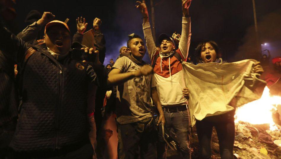 Indigene Demonstranten feiern in Quito die Einigung mit der Regierung: Die Erhöhung der Spritpreise wird zurückgenommen