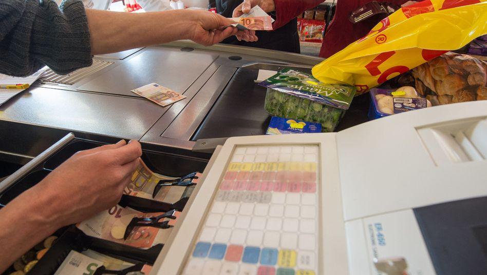 Bezahlen an der Supermarktkasse