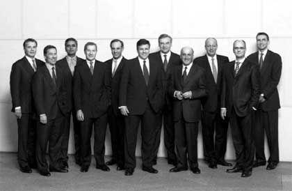 Elf Herren auf dem Original 2003: Ganz rechts im Bild steht - noch - Tom Hughes, bis zum Herbst Kopf des Asset Managements. Seither wurde er beurlaubt - und in der 2004er Variante des Vorstandsfotos weggeschnitten