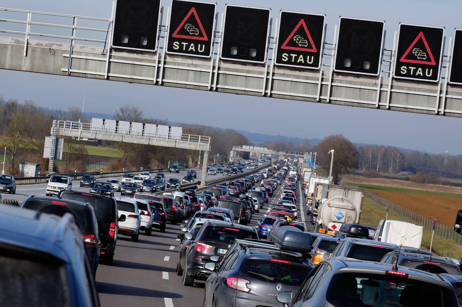 Stau auf der Autobahn zwischen M¸nchen und Berlin (A9) aufgrund des R¸ckreiseverkehrs zum Ende der Winterferien snapshot