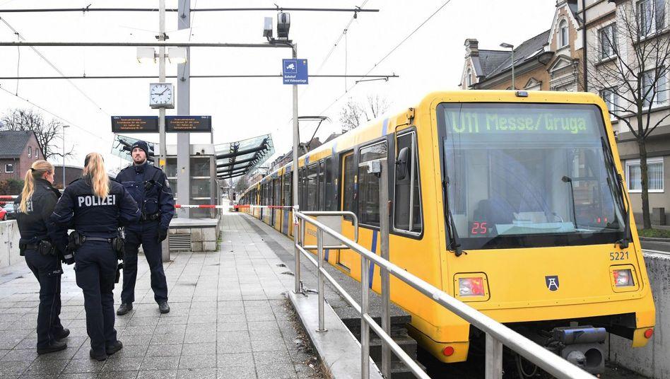 Polizeibeamte stehen an dem Unfallort in Essen