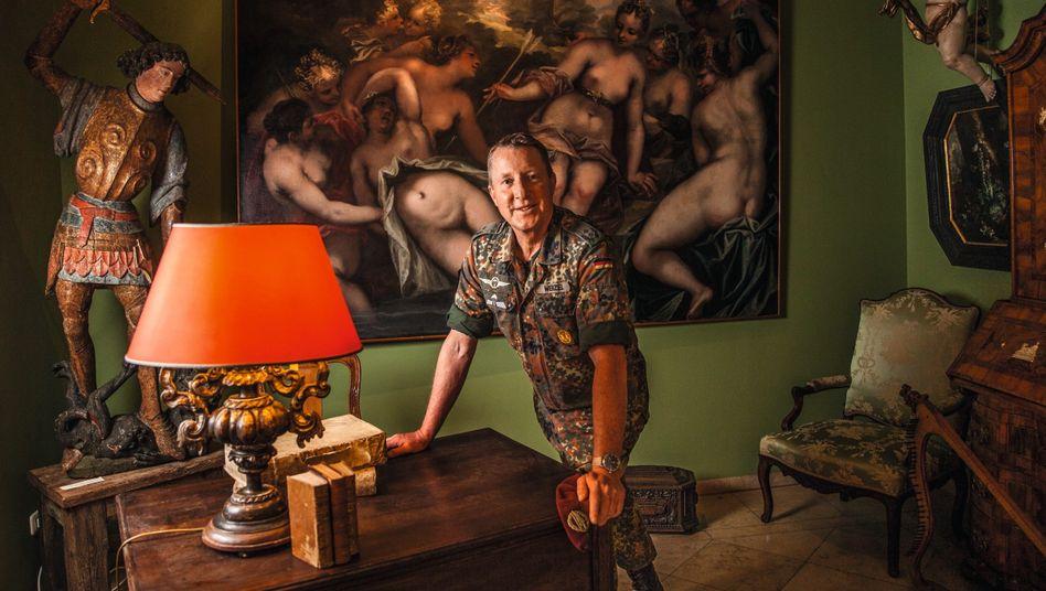 Reservist Wenzel in seiner Kunsthandlung:Nicht depressiv auf dem Sofa gehockt