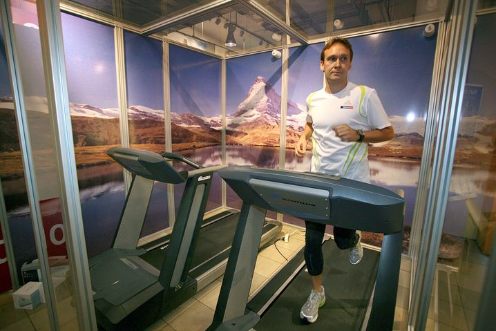 Läufer in der Hypoxie-Kammer: Sauerstoffarmut wird simuliert