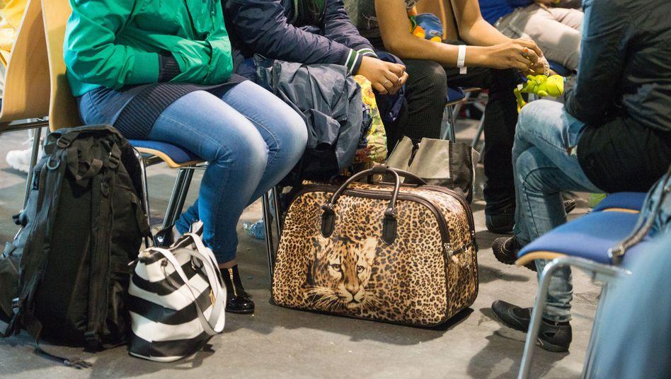 Auf gepackten Koffern: Flüchtlinge vom Westbalkan warten auf ihre Registrierung. Bleiben dürfen sie so gut wie nie, doch viele kommen immer wieder