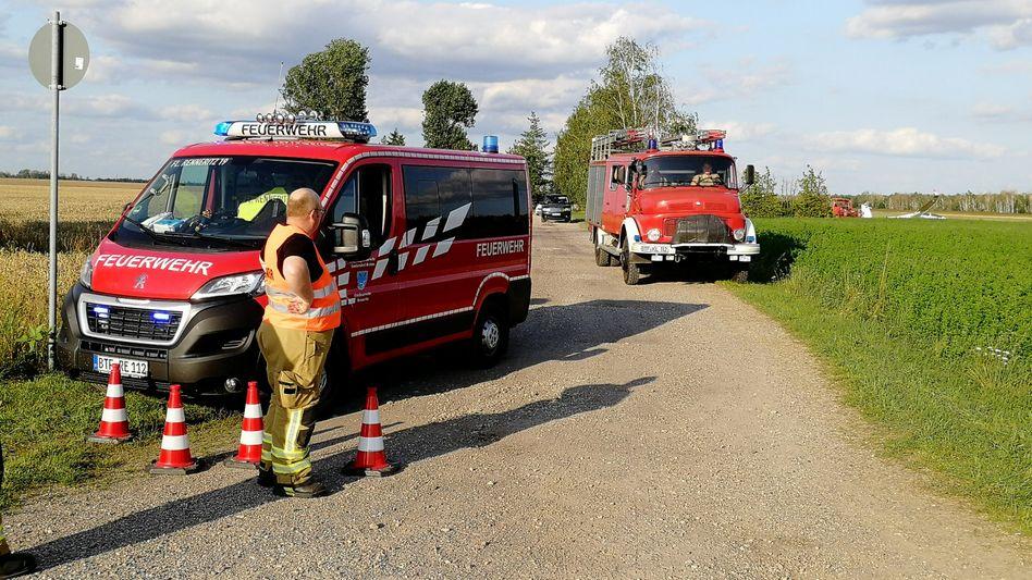 Flugplatz Renneritz in Sachsen-Anhalt: Die Feuerwehr sperrte die Absturzstelle weiträumig ab