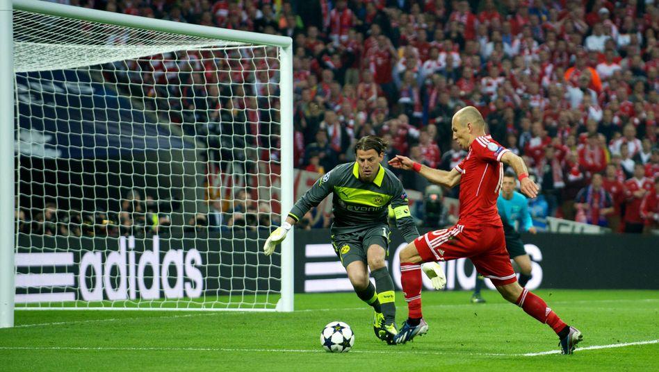 Weidenfeller (l.) gegen Robben (r.), BVB gegen die Bayern