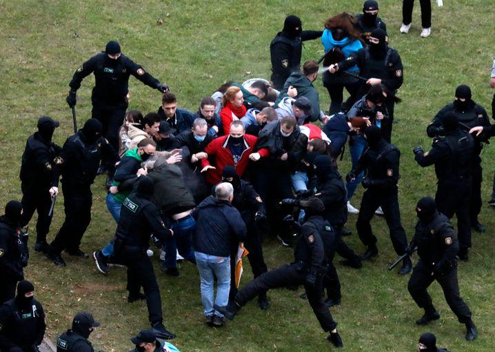 Sicherheitskräfte treten und schlagen Demonstranten in Minsk