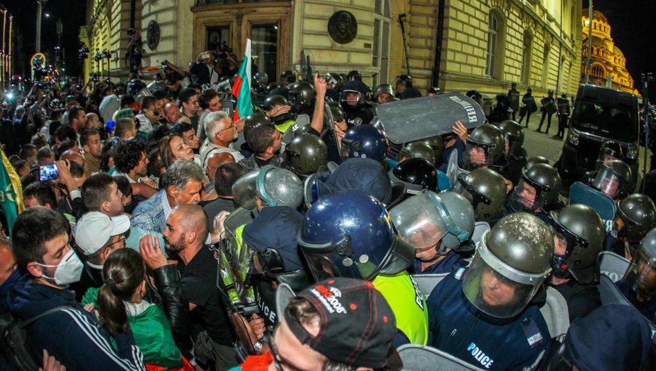 Demonstranten stoßen bei einer Demo in Sofia mit der Polizei zusammen