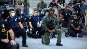 Auch manche Polizisten solidarisieren sich