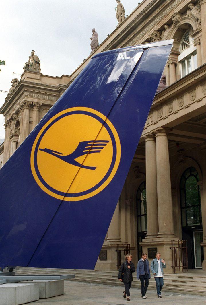 Lufthansa-Flosse vor der Frankfurter Börse im Oktober 1997: Tschüss, Staat! Hallo, Staat!