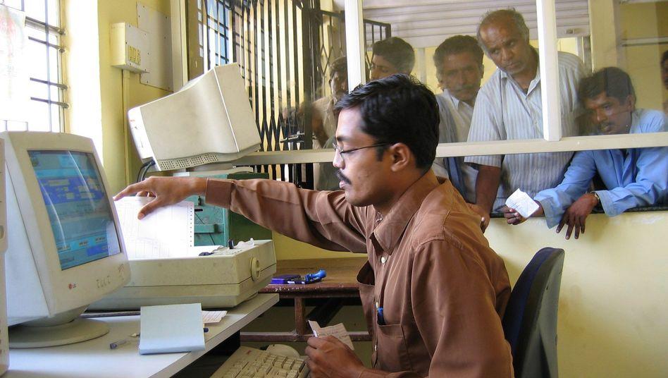 Indischer Beamter an seinem Computer (Symbolbild): Viele Angestellte drücken sich angeblich vor der Arbeit