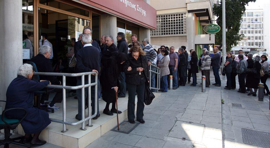 Zyperns Hauptstadt Nikosia: Lange Schlangen vor den Genossenschaftsbanken