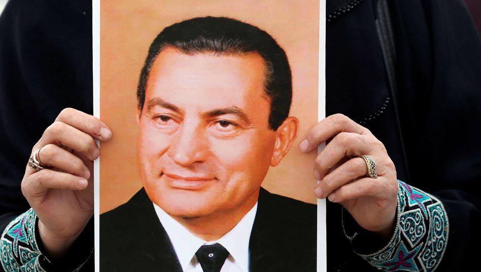 Eine Demonstrantin hält ein Foto des früheren ägyptischen Präsidenten Hosni Mubarak
