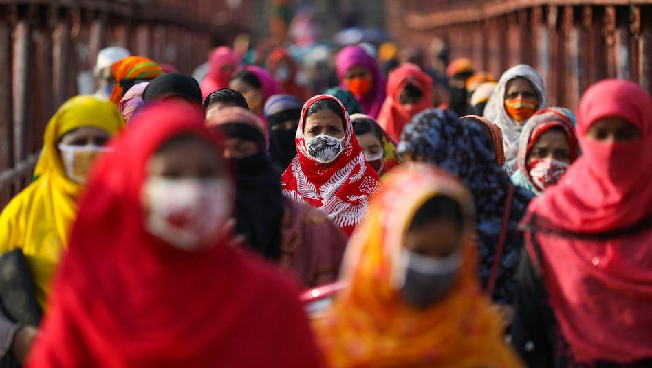 Bangladesch lockert den Lockdown: Seit Anfang der Woche können erste Näherinnen an ihren Arbeitsplatz zurückkehren