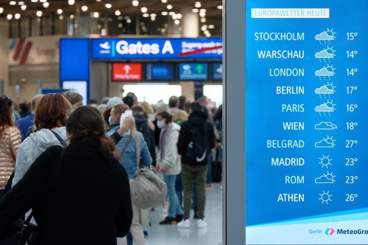 Reisende warten vor dem Sicherheitscheck im Abflugterminal im Flughafen Düsseldorf (Archivfoto)