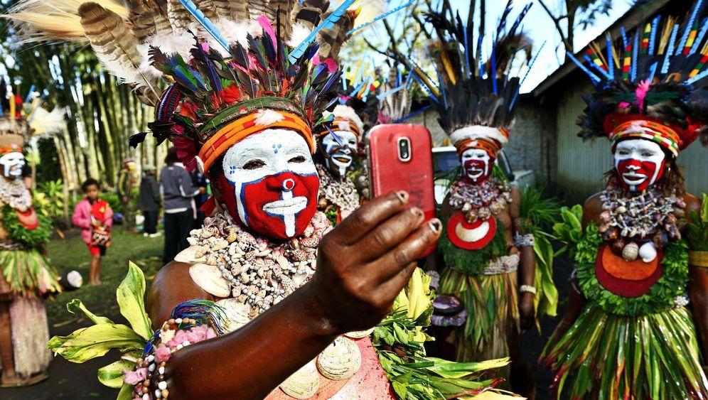 Papua-Neuguinea: Schminken für den Kriegstanz