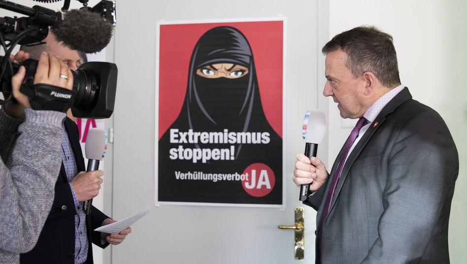 Der Politiker Walter Wobmann von der Schweizerischen Volkspartei freut sich über das »Ja« zum Verhüllungsverbot