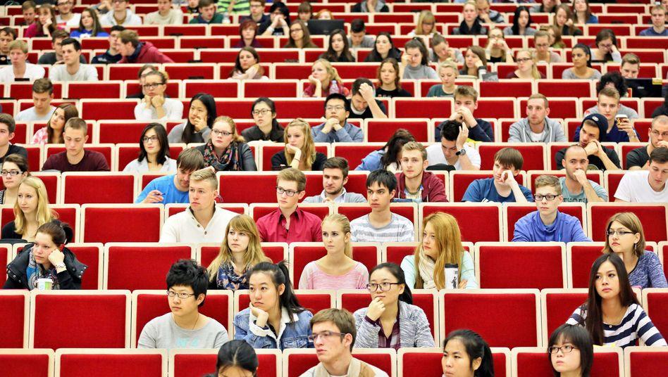 Studenten im Hörsaal: Mit Studium und Karriere beschäftigt, aber nicht mit Politik
