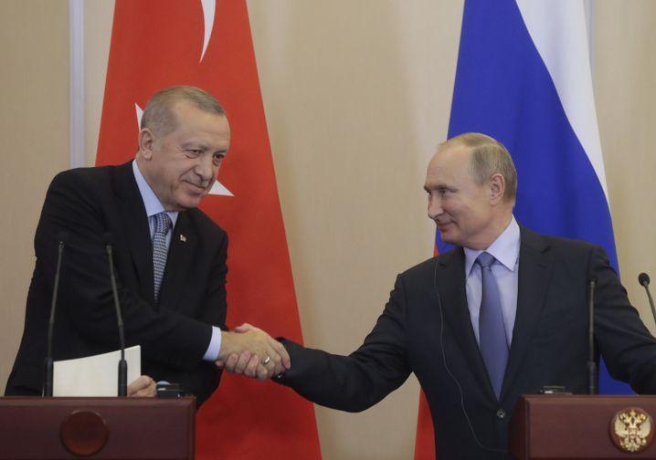 Präsidenten Erdogan, Putin bei ihrem Treffen um russischen Sotschi am 22. Oktober
