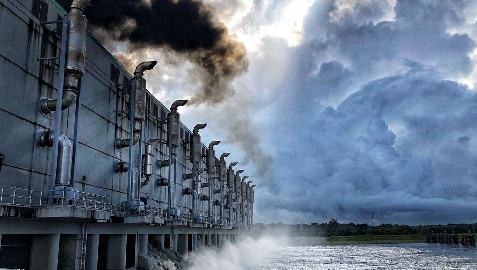 Wenn die Pumpen einmal im Tag angeschmissen werden, verdunkelt der Qualm der Dieselmotoren den Himmel.