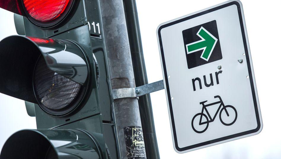 Ampel in Düsseldorf mit grünem Abbiegepfeil