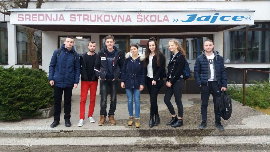 Schüler in Jajce. Azra (3.v.r.) ist eine der Hauptorganisatorinnen des Protestes