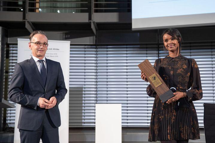 Ilwad Elman mit Außenminister Heiko Maas bei der Verleihung des Deutschen Afrikapreises am 27. Oktober 2020 in Berlin