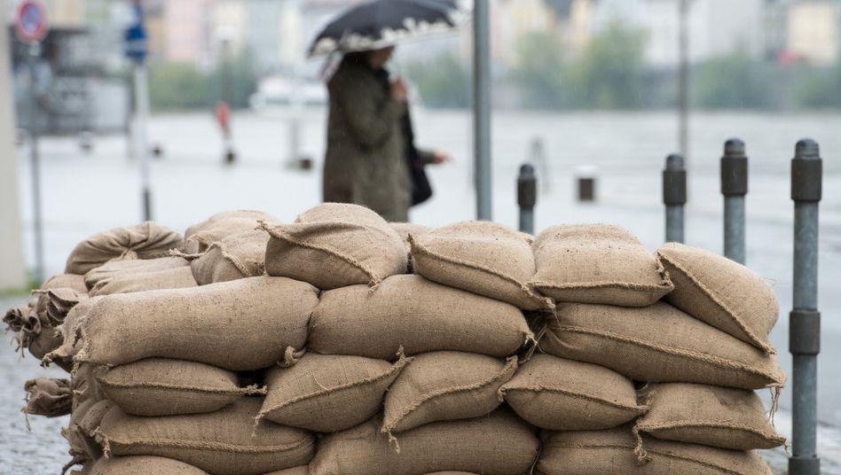 Hilfreiches Naturprodukt: Jute-Sandsäcke verrotten schnell - beim Aufräumen ein Vorteil