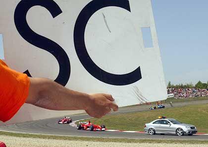 Sicherheitsmaßnahmen nach dem turbulenten Rennbeginn: Hinter dem Safety Car müssen sich Michael Schumacher und Rubens Barrichello einreihen, nachdem Kimi Räikkönen (McLaren-Mercedes) einen Unfall mit Antonio Pizzonia (Jaguar) verursacht hatte