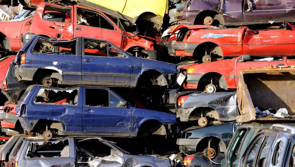 Autos auf einem Schrottplatz im Jahr 2009: Besonders Kleinwagen profitierten damals von der Abwrackprämie