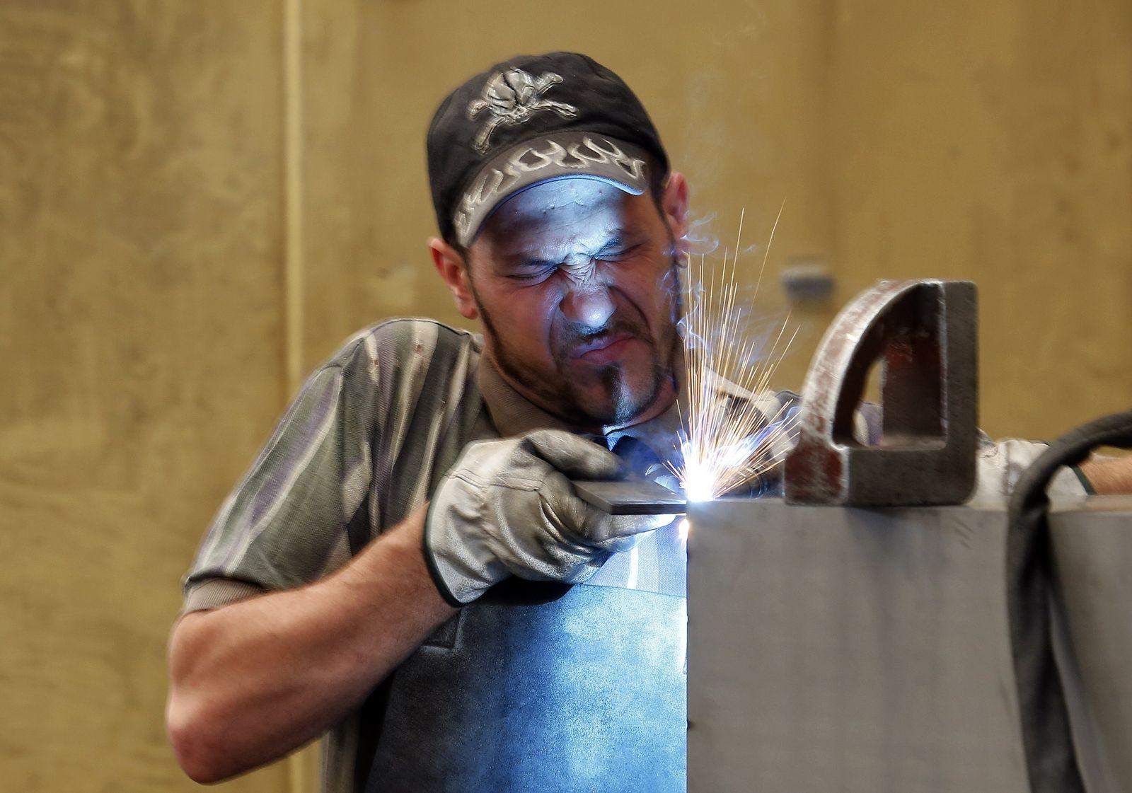 Italien Arbeiter in einer Fabrik in Gravellona