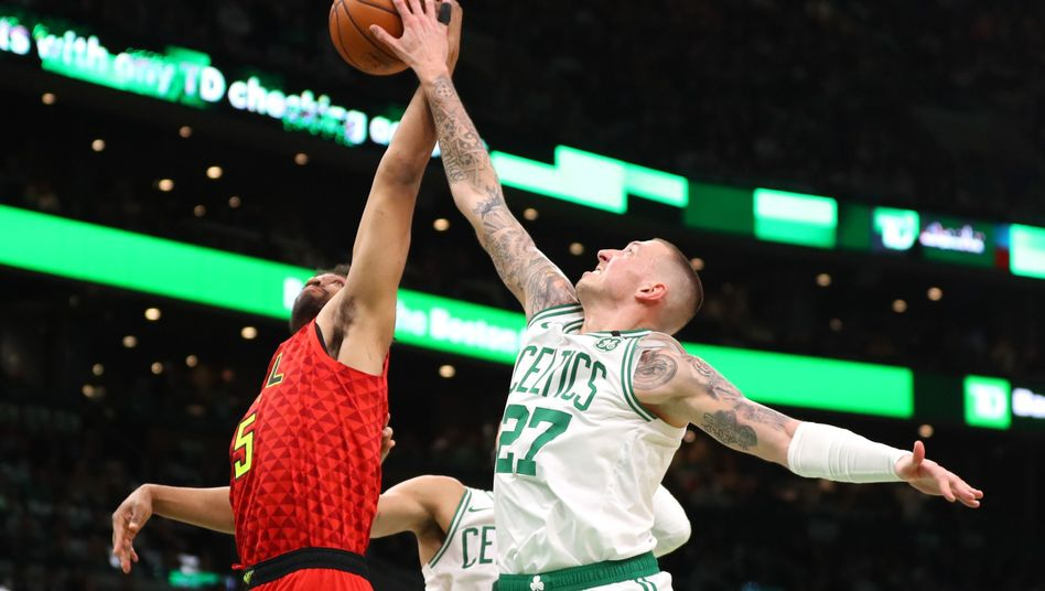 Auch Jabari Parker von den Atlanta Hawks scheiterte an Celtics-Center Daniel Theis