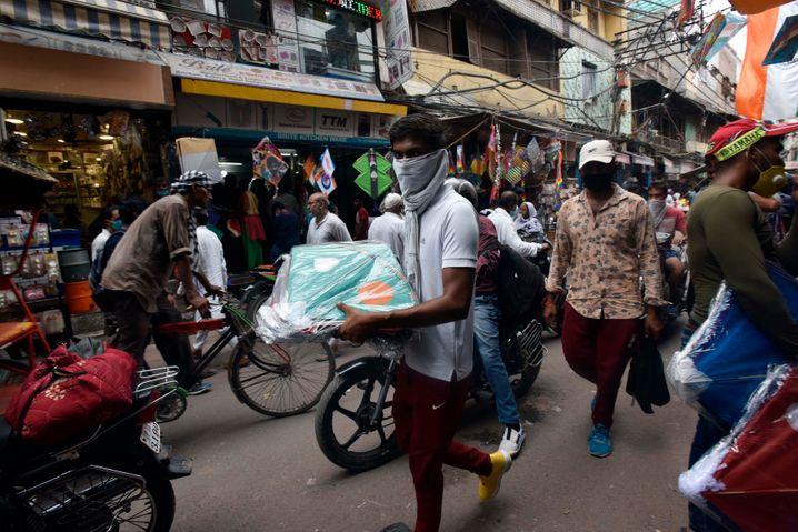 Im Gedrängel in dem Marktviertel Lal Kuan in Neu-Delhi werden Frauen oft belästigt, aber auch an Universitäten sind Übergriffe Alltag