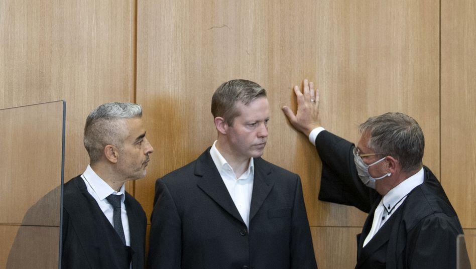 In der Mitte: Der mutmaßliche Mörder Walter Lübckes umringt von seinen Verteidigern vor Verhandlungsbeginn in Frankfurt am Main, 30. Juni 2020