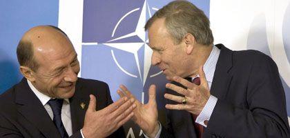 Basescu und de Hoop Scheffer: Schön Wetter auf schwierigem Gipfel