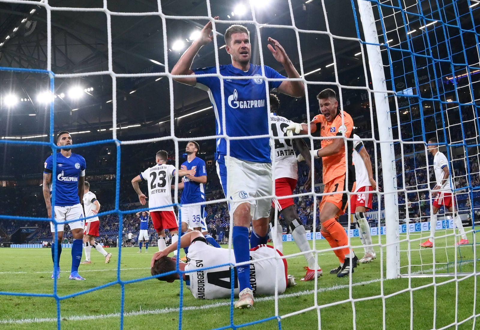 Simon Terodde (FC Schalke 04) ist Fassungslos, rechts jubelt Torwart Daniel Heuer Fernandes (Hamburger SV) 23.07.2021, F