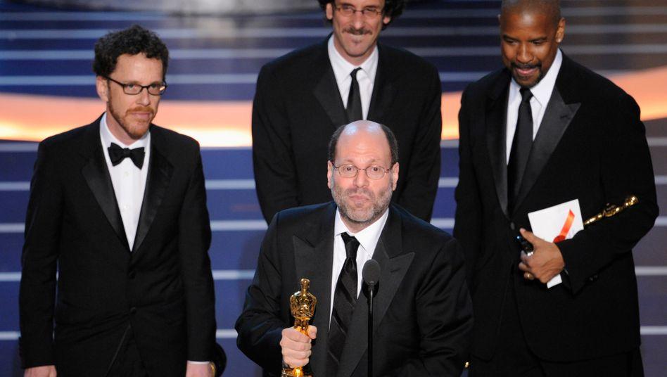 Scott Rudin (mit Trophäe) bei der Oscarverleihung 2008: Schon lange berüchtigt für Wutattacken