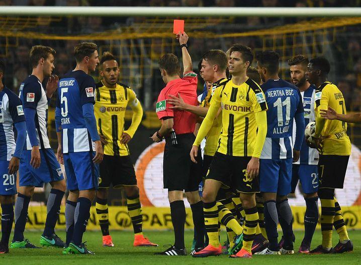 Ittrich zeigt Dortmunds Emre Mor die Rote Karte