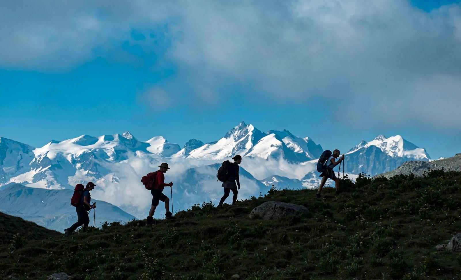 Wandergruppe in der Nähe vom Albulapass.Im Hintergrund die Berninagruppe