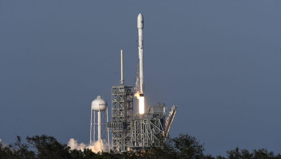 """""""Falcon 9""""-Rakete beim Start vom Kennedy Space Center"""