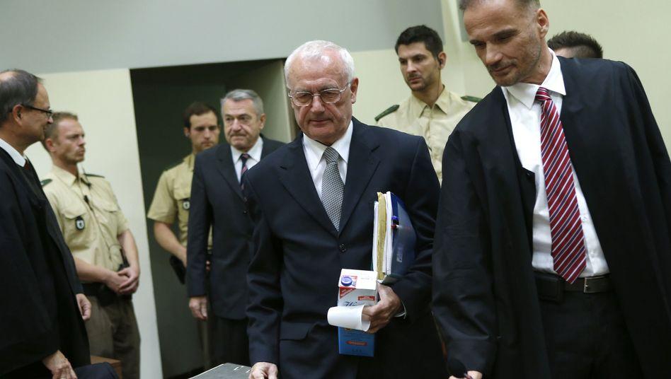 Angeklagter Perkovic (M.) im Prozesssaal: Was wusste die Bundesregierung?