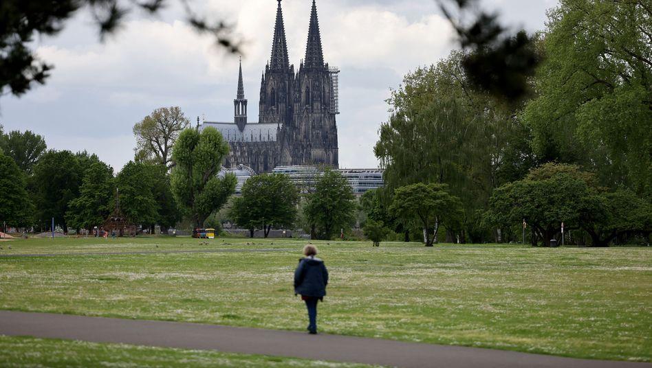 Graue Wolken über Köln: Wann kommt der Sommer?